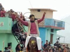 बड़कोट में मॉ भगवती के धार्मिक अनुष्ठान अवसर पर हाथी के स्वांग पर बैठ कर झांकी निकालते लोग।