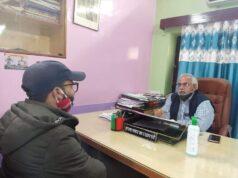 मुख्य चिकित्सा अधिकारी को गर्भवती महिलाओं की परेशानियों से अवगत कराते हुए क्षेत्र पंचायत सदस्य शांति टम्टा